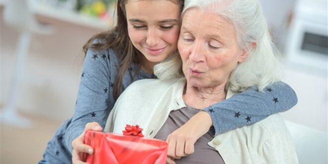 Что подарить бабушке: лучшие подарки к празднику